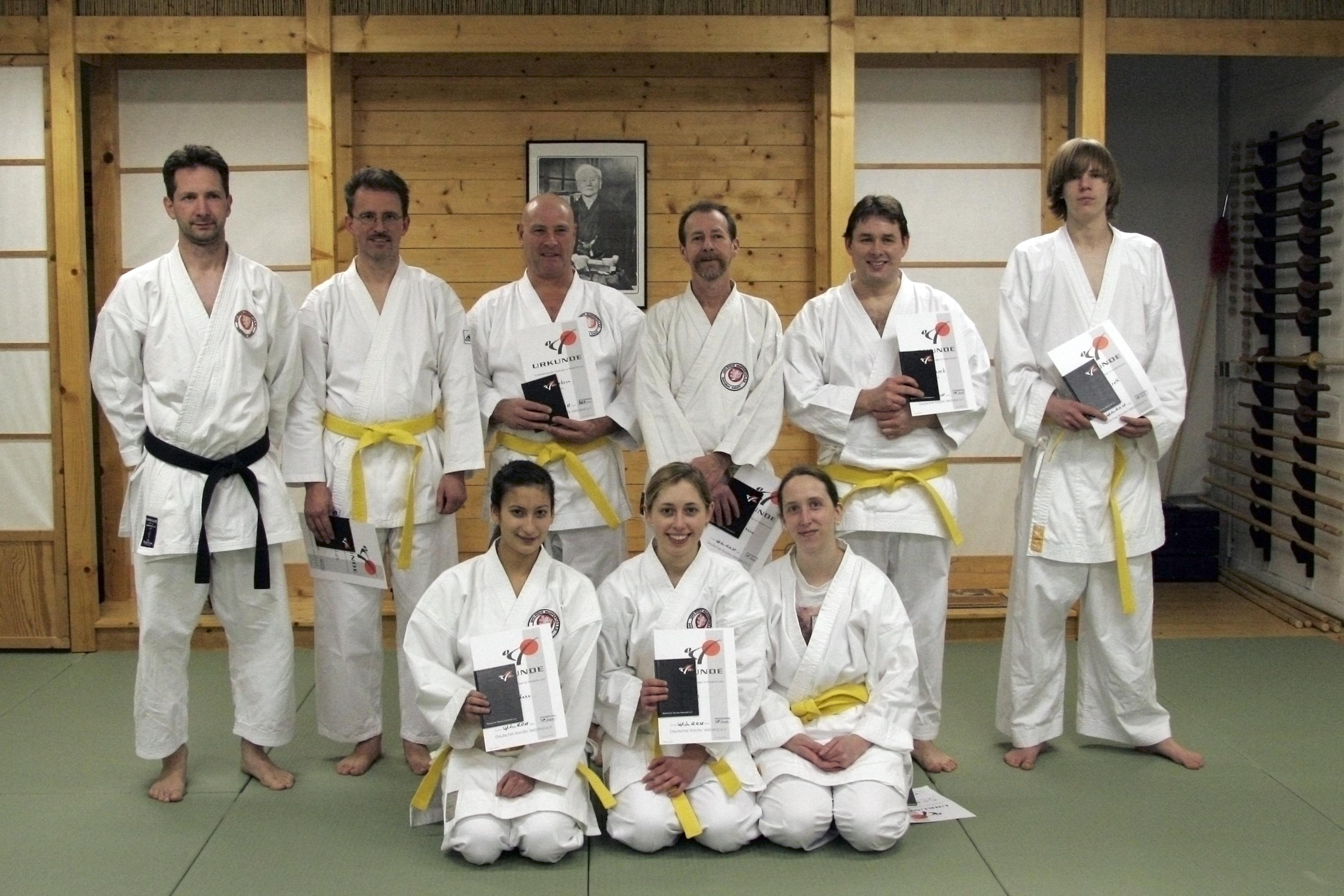 Karate-Sportler bestehen Gürtelprüfungen.