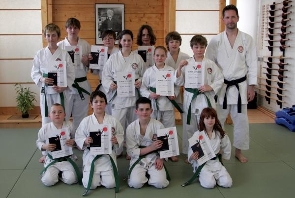 Die Karate-Junioren freuen sich über ihre neuen Gürtelfarben